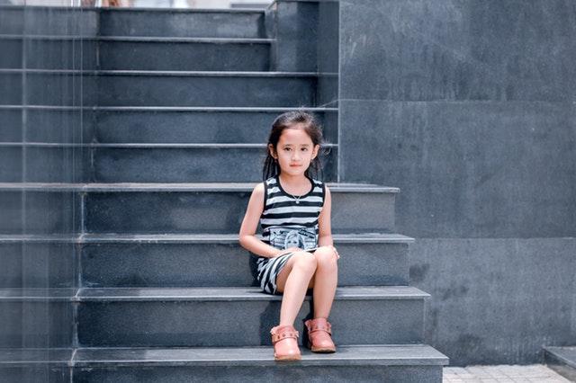 Dievčatko sediace na schodoch.jpg