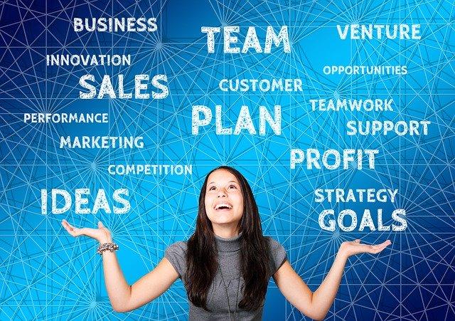 Mladá žena, slová, online marketing