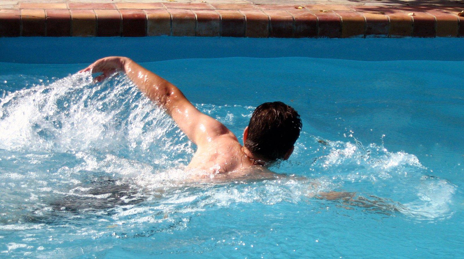 plavec v bazéne